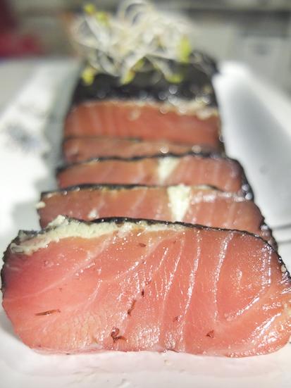 Salmón ahumado, con crema de wasabi y algas, de Benfumat / Foto: Los Foodistas©