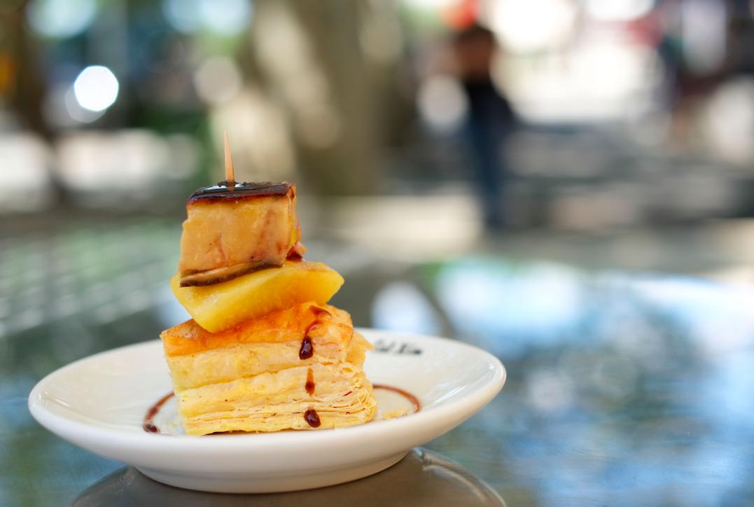 Milhojas de melocotón d'Ordal marinado y a la brasa con foie de pato a la brasa del restaurante Cal Xim