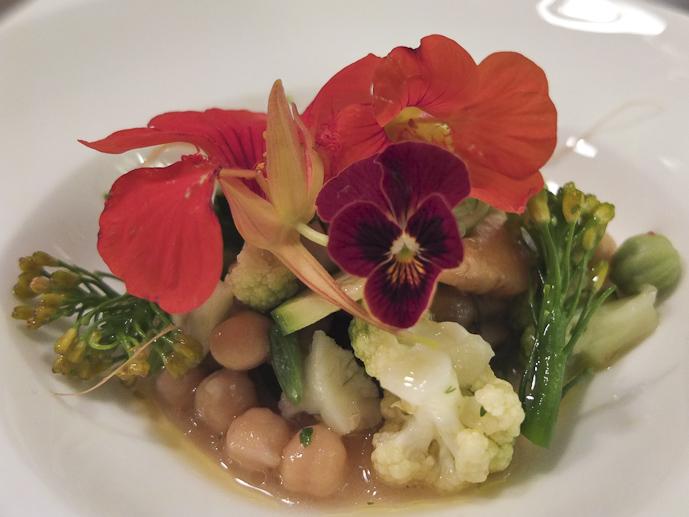 Ceviche de verduras con flores y garbanzos / Foto: Godo Chillida para Los Foodistas©