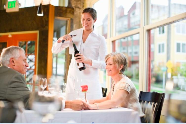 La figura del o la sommelier en un restaurante no siempre existe