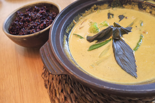 Curry amarillo de verduras con arroz negro / / Foto: Godo Chillida para Los Foodistas©