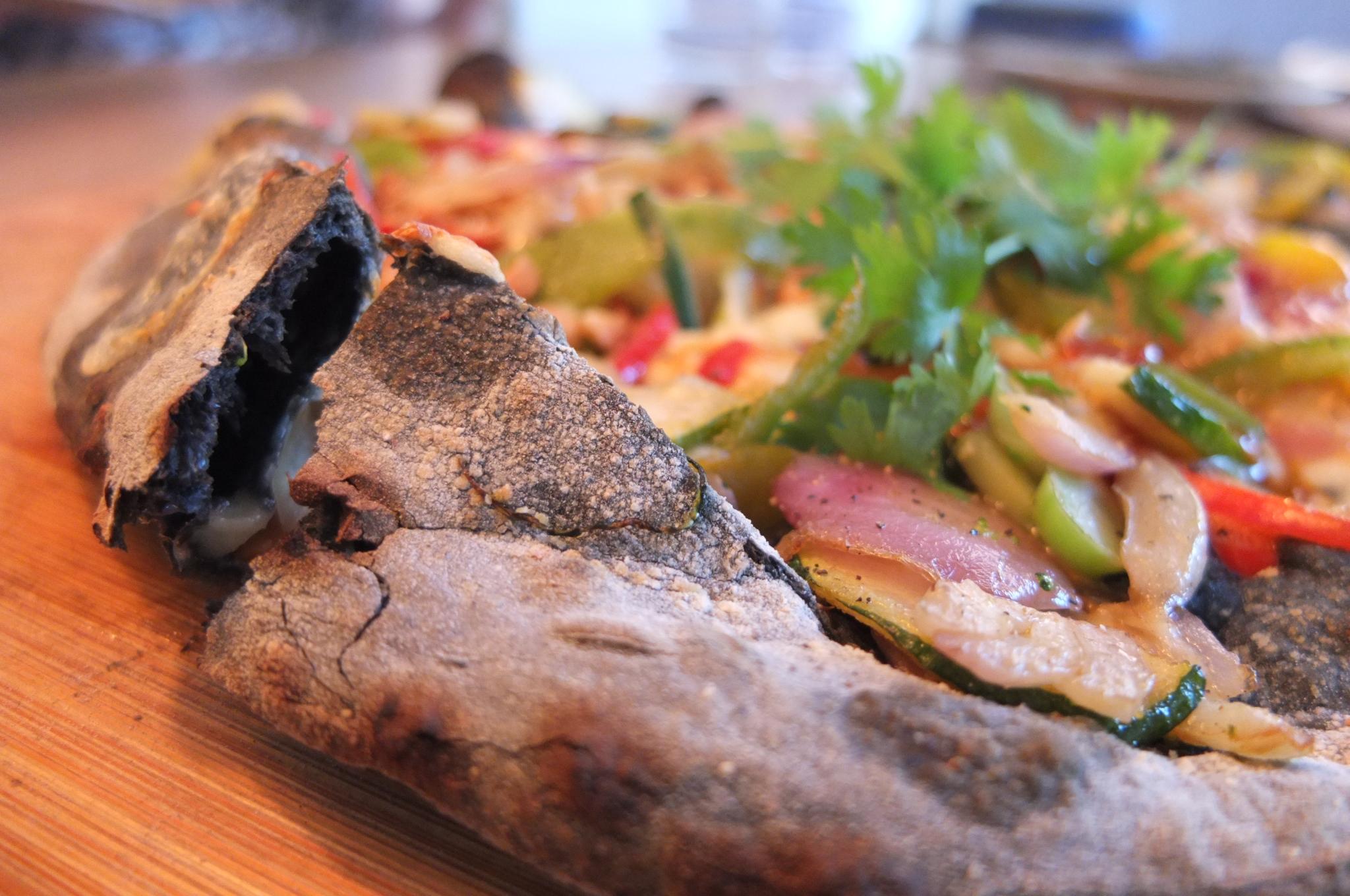 Pizza de carbón activado con vegetales, hecha al horno de leña / Foto: Godo Chillida para Los Foodistas©