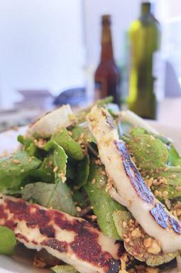 Ensalada con berros, hierba helada y Halloumi a la plancha/ Foto: Godo Chillida para Los Foodistas©