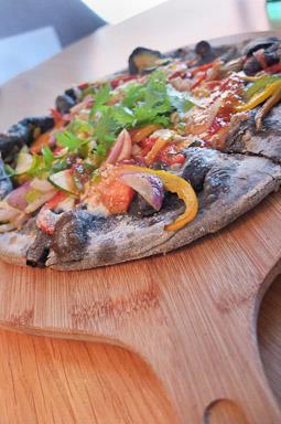 Pizza vegana con carbón activado /Foto: Godo Chillida para Los Foodistas©